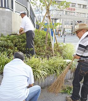 草むしりや木の剪定をする会員