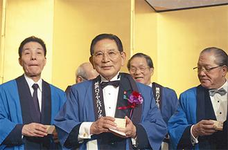 多くの出席者に祝福される田中氏(中央)