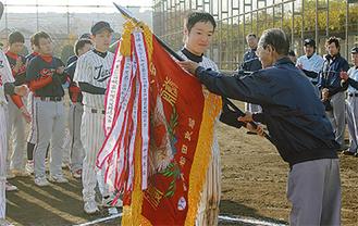 Aブロックで優勝した田中材木店に優勝旗が授与された
