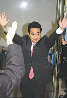 支援者からの祝いの言葉に、万歳で喜びを表現する坂井氏