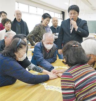 遊び方を説明する福本さん(右上)