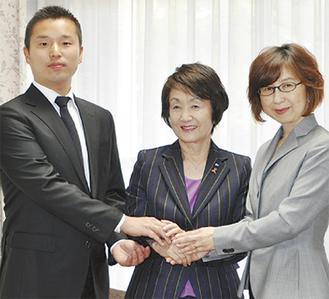 林市長(中央)と握手する南場オーナー(右)と池田社長(左)