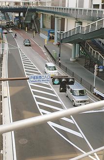 ▶今は停車車両等による混雑はないというバス降車場付近