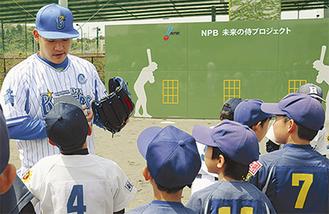 子どもたちに投げ方を教える筒香選手