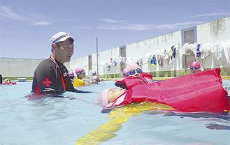 浮いて救助を待つ方法を学ぶ児童