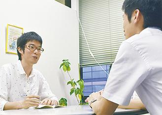 相談員と打ち合わせをする吉田さん(左)