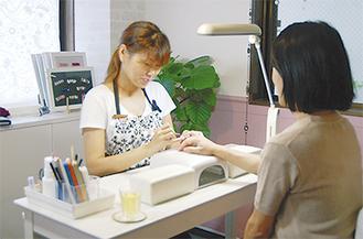 成果を自店で生かす田崎さん(左)
