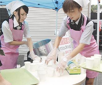 スープの配膳をする職員ら