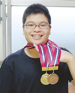 メダルを手に笑顔の昌矢くん