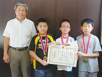 鈴木校長(左)と準優勝した(左から)矢野くん、湯川くん、鈴木くん
