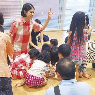 楽器を手作りして英語を楽しむ参加者ら
