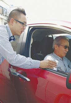エコドライブのコツを社員から学ぶ参加者