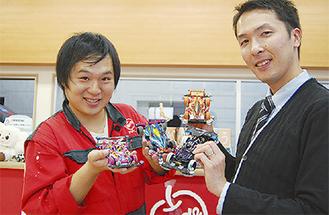 マシンを手に参加を呼びかける岩木店長(右)と山本さん