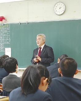 講師の話を熱心に聴く生徒ら