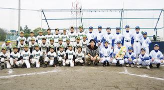 砂田投手(前列中央)を囲む前田グリーンスターズとビースリースターズのメンバー
