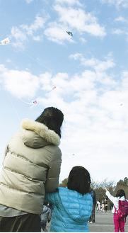 凧を揚げる親子