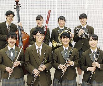 金賞を受賞した管楽八重奏のメンバー