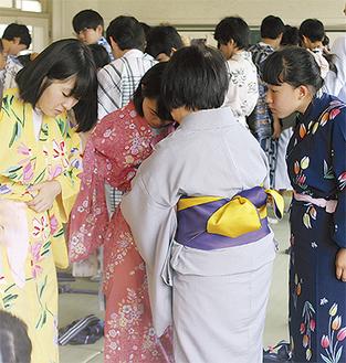 帯の結び方を学ぶ生徒