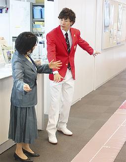 競技の魅力を語る長谷川選手(右)と田雑区長