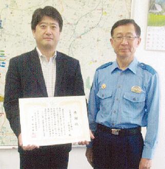 感謝状を受け取る三菱東京UFJ銀行戸塚支店の法本圭司副支店長(左)と新田署長