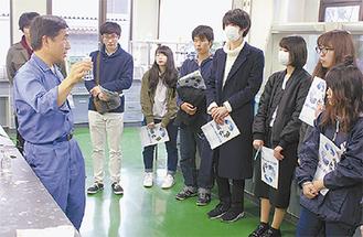 検査方法を学ぶ学生