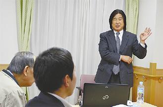 講演する瀬崎塾長