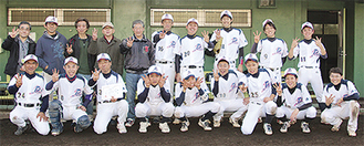 優勝した喜びを表現する舞岡台ピースクラブのメンバー