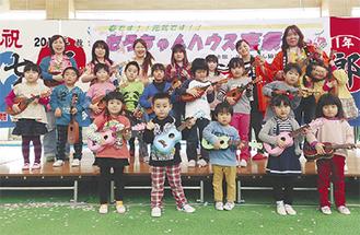 山本さん(右上)と現地の子どもたち