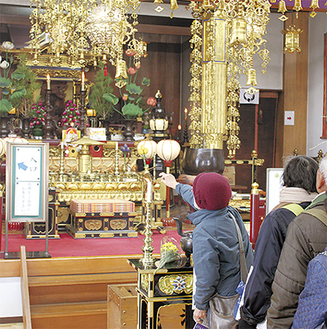 寳藏院で参拝する参加者