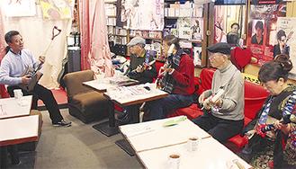 師範の浪岡さん(左)と参加者