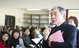江さしさんの歌声にあわせて歌う参加者