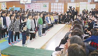 来場者に合唱を披露する児童