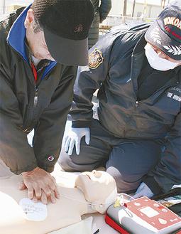 消防隊員の指導を受けながらAEDを体験する参加者