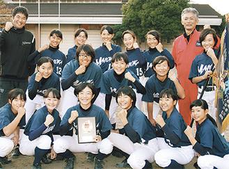 ガッツポーズを決める同部員と井上監督(左)、宗倉コーチ