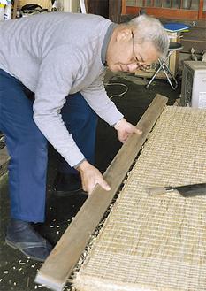 畳製作に取り掛かる神崎さん