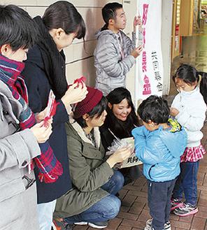 東戸塚駅で活動する学生
