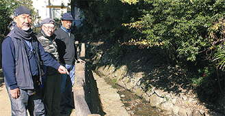 (左から)田中会長、土江光(みつる)副会長、小長光(こながみつ)靖則事務局長
