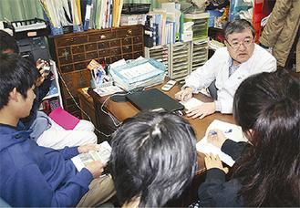 仁天堂薬局の湯川代表に話を聞く学生