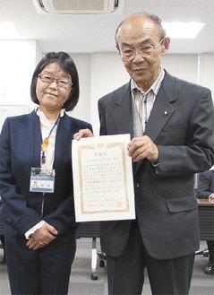 田雑区長と感謝状を手に取る加藤会長