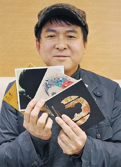 おすすめのアルバムを手にする中島さん