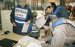 現地本部で情報収集する区職員