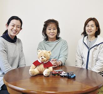 相談に対応する成田センター長(写真中央)とスタッフ