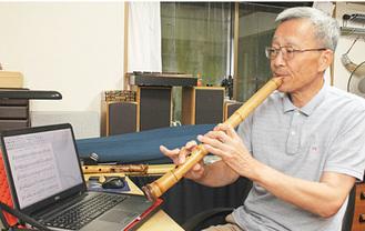 パソコンで作成した楽譜を見ながら練習する原田さん