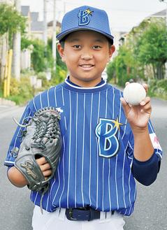 練習着をまとい、笑顔を見せる須藤君