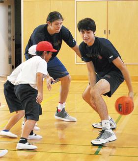 選手のボールを必死に奪おうとする児童