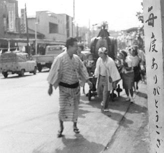 旧国道1号線沿いに戸塚銀座商栄会の店は並んでいた(1965年頃・福寿副会長提供)