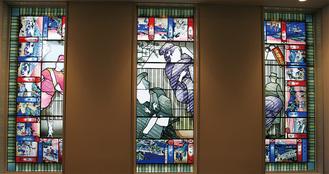 区庁舎4階に設置される作品。ユーモラスでありながら幻想的雰囲気も持つ