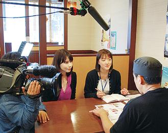 取材する芦崎リポーター(右から3番目)