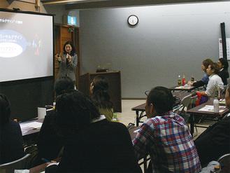 熱心に講師の話に耳を傾ける参加者。ノートを取る人の姿が多数見受けられた
