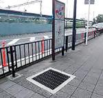 戸塚駅周辺道路。排水設備の蓋(グレーチング)に白杖がはさまる懸念がある